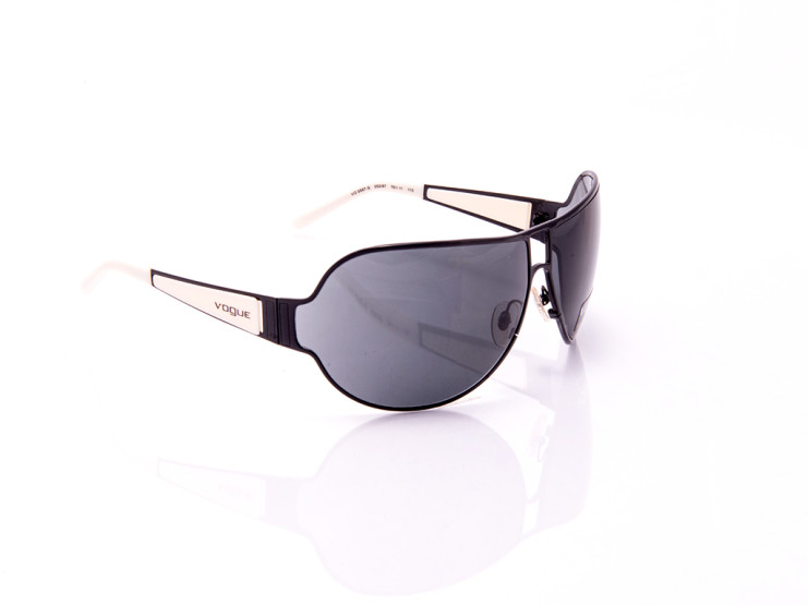 occhiale da sole con lenti scure montatura cromata